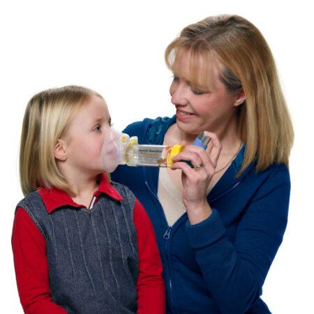 Kind nutzt AeroChamber für Kinder mit Maske mit Hilfe seiner Mutter